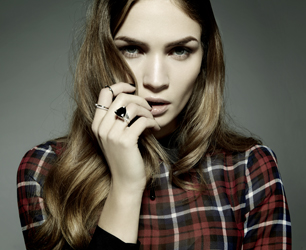 model wears rings from NOWSEEN